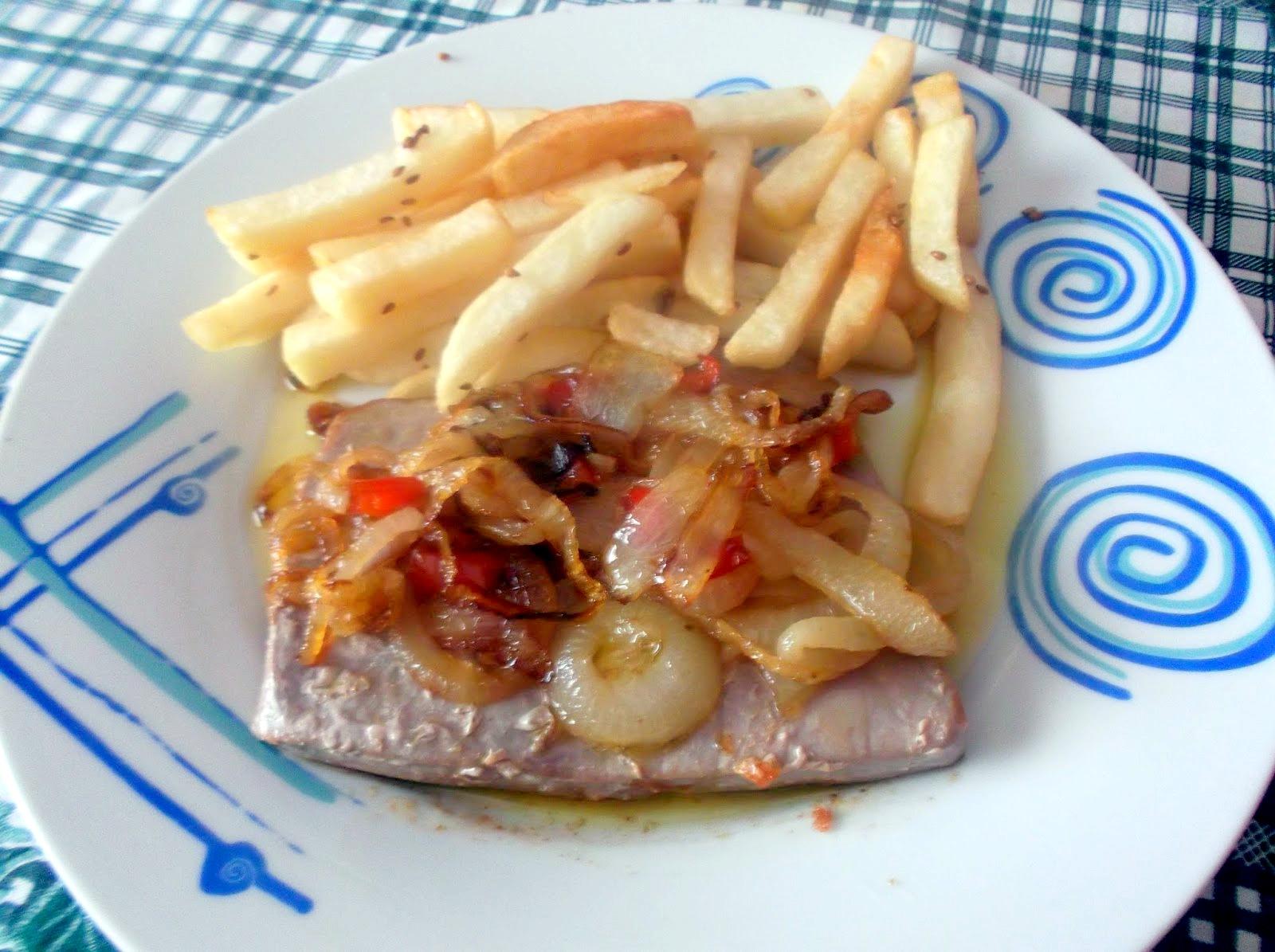 Bifes-de-Atum-com-Batatas-Fritas